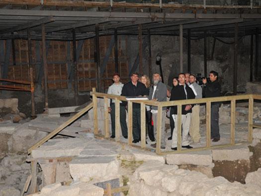 انظر ماذا يجري تحت بيت الله المسجد الاقصى  18112009-11