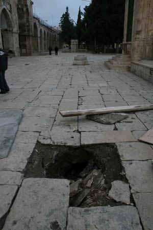 انظر ماذا يجري تحت بيت الله المسجد الاقصى  18112009-30